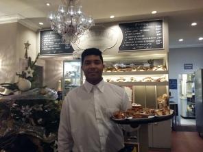 Eduard, pràctiques de cambrer d'esmorzars i càtering al Café Emma