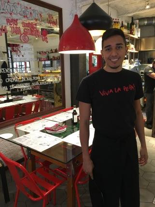 Jose a la Pepa Tomate, realitzant pràctiques d'ajudant de cuina